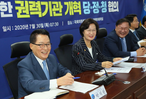 From left, National Intelligence Service Director Park Jie-won, Justice Minister Choo Mi-ae and Rep. Kim Tae-nyeon, floor leader of the ruling Democratic Party, attend a meeting to discuss reform measures on Thursday. [YONHAP]