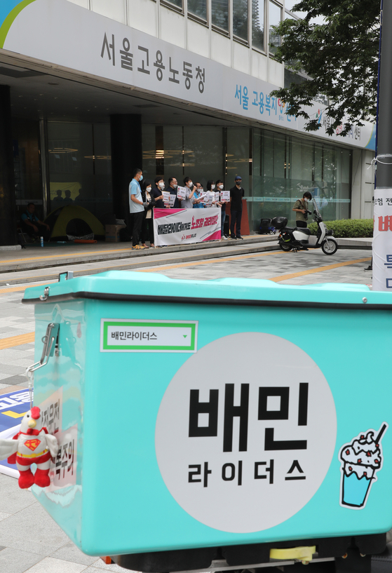 The Rider Union, which represents delivery drivers, announces the submission of its application to the Labor Ministry to be recognized as a union, in front of the ministry's Seoul office in central Seoul on Thursday. Once approved under the labor union law, Rider Union will be able to exercise its labor rights, including collective bargaining. [YONHAP]