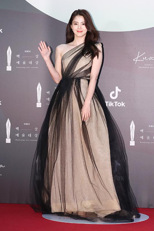 Actor Han So-hee poses for the camera at the red carpet for the 56th Baeksang Arts Awards at Kintex in Ilsan, Gyeonggi, on June 5. [BAEKSANG ARTS AWARDS]
