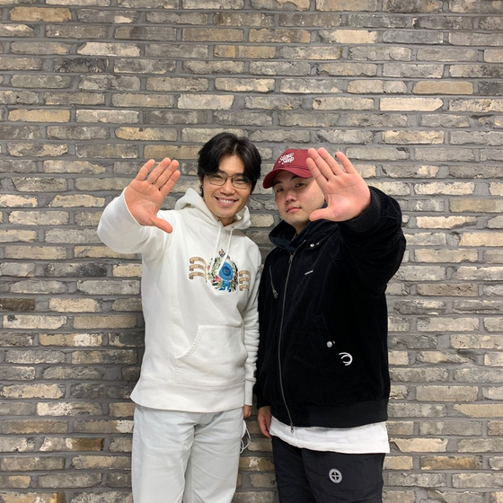 Singers Kim Bum-soo (left) and Kirin. [YOUNG ENTERTAINMENT]