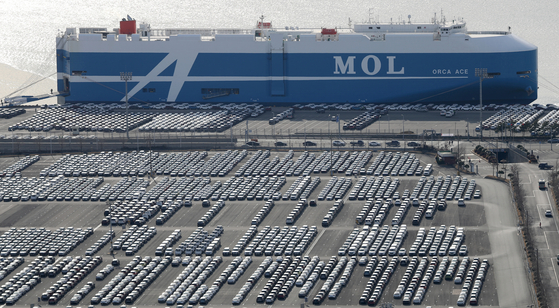 Hyundai Motor vehicles parked in April ahead of being shipped overseas. Automobile exports declined by 4.2 percent in July, but that is an improvement over the double-digit drops May and June.  [YONHAP]