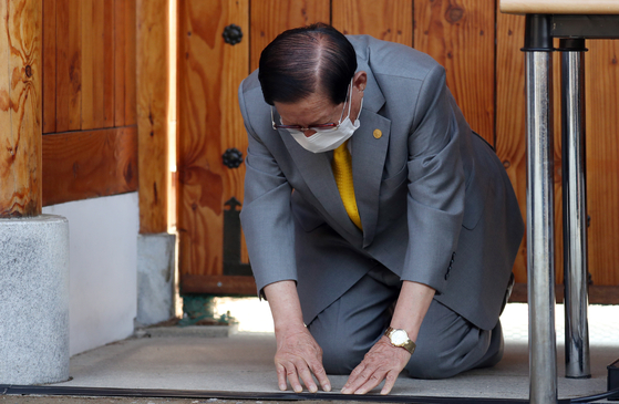 Shincheonji Church founder and leader Lee Man-hee, who was placed in detention on Saturday, kneels in a gesture of apology during a press conference on March 2. [YONHAP]