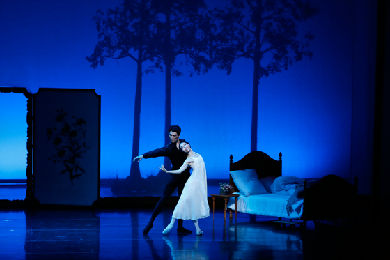 """Onegin,"" produced by Universal Ballet Company with celebrated choreographer John Cranko is performed at Chungmu Arts Center in central Seoul in July. [UNIVERSAL BALLET COMPANY]"