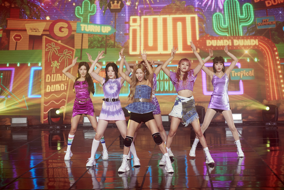 """(G)I-DLE performs its new single """"DUMDi DUMDi"""" for the first time during an online showcase held on Monday. [CUBE ENTERTAINMENT]"""