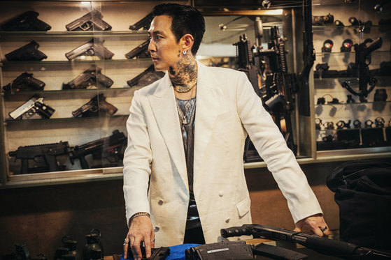 Actor Lee Jung-jae as merciless killer Ray, whose only goal is to avenge his older brother who was killed by a hit man named In-nam (played by Hwang Jung-min). [CJ ENTERTAINMENT]