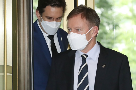 New Zealand Ambassador to Seoul Philip Turner enters the Korean Foreign Ministry in central Seoul Monday afternoon after Seoul ordered a Korean diplomat accused of sexually assaulting a local staffer during his previous post in Wellington to return home. [YONHAP]