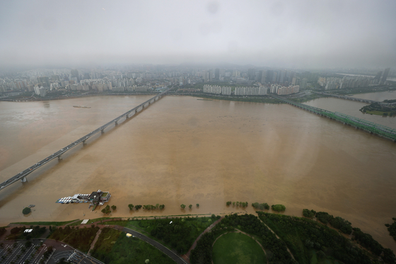 The Han River, bisecting Seoul, seen from the 63 Building in Yeouido, western Seoul. The city government closed off a section of a major expressway in the city after heavy rains led to a rise in the river's water level. [YONHAP]