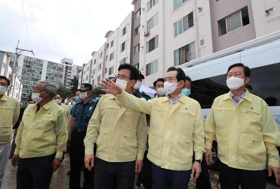 Prime Minister Chung Sye-kyun, second from right, visits areas damaged by heavy rains in Daejeon on Saturday. The city was badly affected by rains on Thursday, though less buffeted by this weekend's rains. [YONHAP]