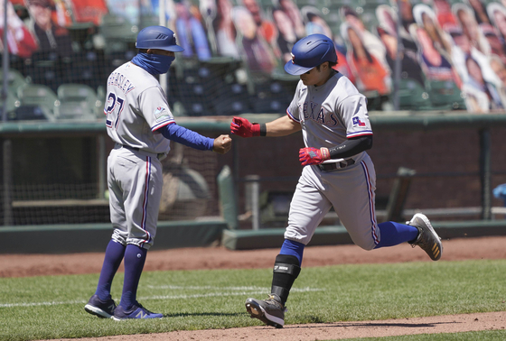 Choo Shin-soo of the Texas Rangers rounds the bases after hitting a two-run home run during a game against the San Francisco Giants at Oracle Park on Sunday. [AP/YONHAP]