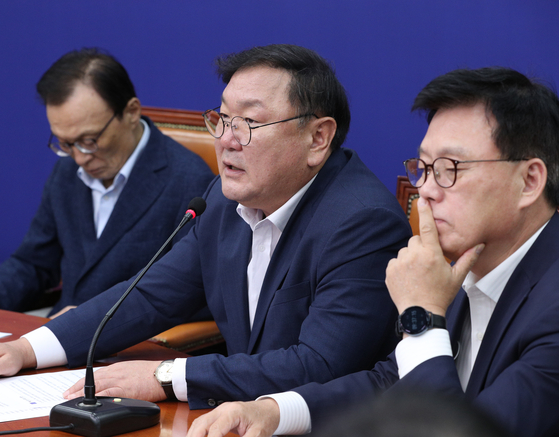 Ruling Democratic Party floor leader Kim Tae-nyeon speaks at a meeting with party members on July 27. [YONHAP]