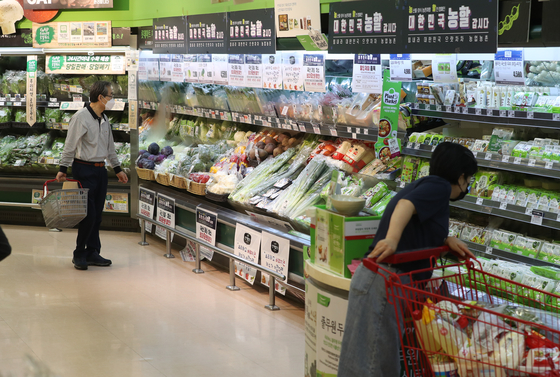 The fresh vegetable section at a major discount mart in Seoul on Tuesday. Vegetable prices were up more than 16 percent in July, contributing to raising inflation. The trend is expected to continue in August due to the heavy rain. [YONHAP]
