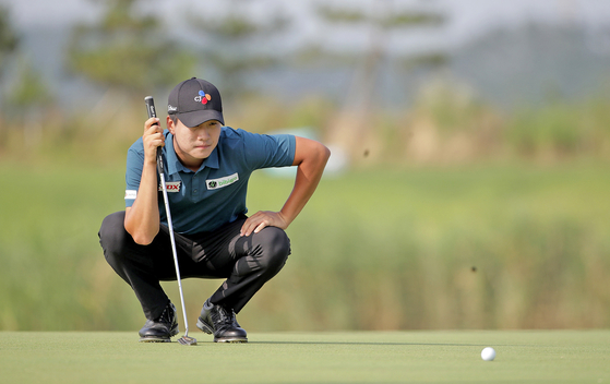 Kim Min-kyu reads the line of his putt during the second round of the KPGA Open at Sollago Country Club on July 17. [YONHAP]