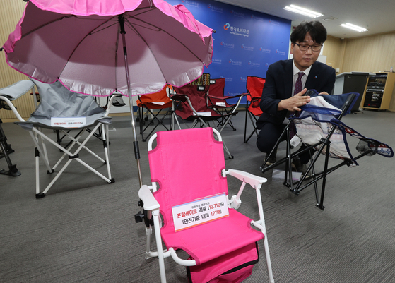 Shin Guk-bum, senior manager at the consumer safety bureau of the Korea Consumer Agency (KCA), presents on Tuesday the results of an investigation into the safety labels of 29 camping chairs in Songpa, southern Seoul. [YONHAP]