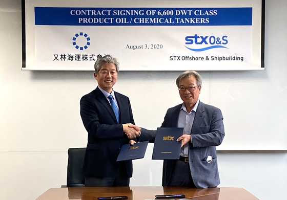 STX Offshore & Shipbuilding CEO Jang Yoon-keun, left, and Woolim Shipping President Choi Jong-seok, shake hands after signing a contract for tankers. [STX OFFSHORE & SHIPBUILDING]
