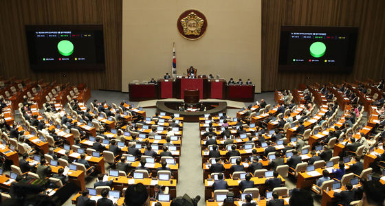 Members of the National Assembly during a plenary session on Tuesday. [OH JONG-TAEK]