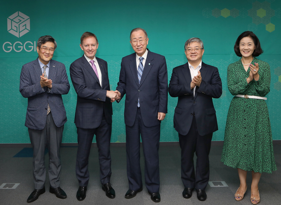 Ban Ki-moon, chairman and president of the Global Green Growth Institute (GGGI) and a former UN secretary general, center; Ambassador of New Zealand to Korea Philip Turner, second from left; and Yoo Yeon-chul, ambassador for climate change at Korea's Ministry of Foreign Affairs, second from right, at the conference on climate change hosted in central Seoul by the GGGI and the embassy on Tuesday. [PARK SANG-MOON]