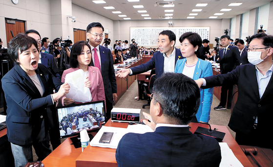 United Future Party lawmakers complain to Chairman Yun Ho-jung of the Legislation and Judiciary Committee about his attempt to hold a vote on controversial tenant protection bills without deliberation. [YONHAP]