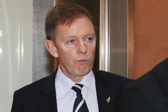 New Zealand's Ambassador to Korea, Philip Turner, on Monday visited the Foreign Ministry building in Seoul to bring a Korean diplomat accused of sexual harassment in the Korean Embassy in Wellington to justice in New Zealand. [YONHAP]
