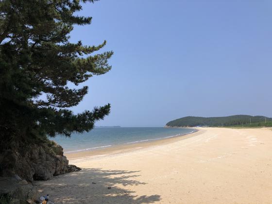A beach not yet visited much on Wonsan Island. [LEE SUN-MIN]