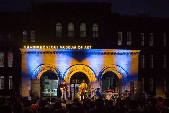 A band performs on a makeshift stage at the Seoul Museum of Art in central Seoul. The Seoul Metropolitan Government announced plans Wednesday to sponsor a variety of entertainment events in the capital during the following weeks.  [SEOUL METROPOLITAN GOVERNMENT]