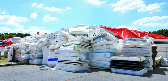 """Radon mattresses"" stacked at the open warehouse of Daijin Bed, the manufacturer of the beds that were contaminated by the carcinogenic material, in August 2018. The solution for the contaminated mattresses is still being discussed. [JOONGANG ILBO]"