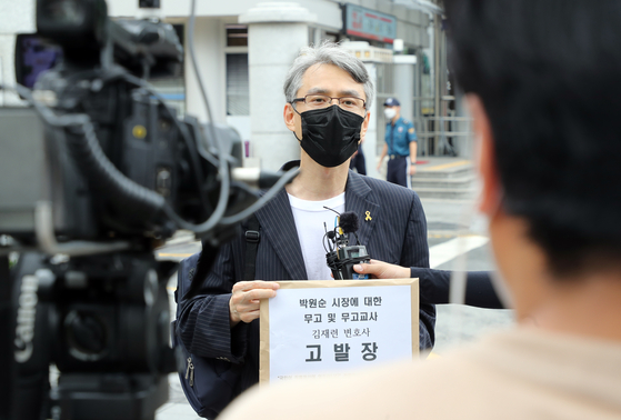Shin Seung-mok, the leader of a civic group supporting the liberal Moon Jae-in administration, speaks to reporters Tuesday in front of the Korean National Police Agency in Seodaemun District, western Seoul, before submitting a complaint accusing a lawyer representing Park Won-soon's former secretary of falsely accusing the late Seoul mayor of sexual harassment. [YONHAP]