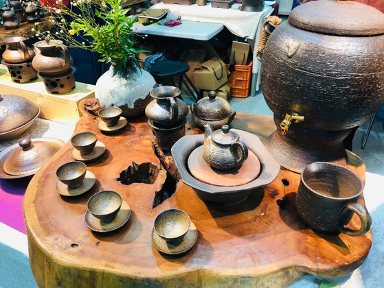 """A variety of tea sets is displayed at """"K-Tea Festival."""" [MYUNG WON CULTURAL FOUNDATION]"""