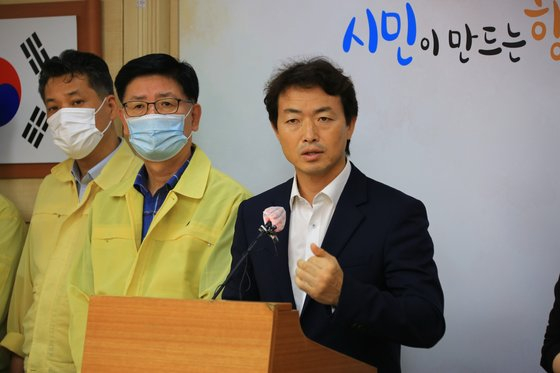 Gwacheon mayor Kim Jong-choen opposes the government's plan to develop land in a former government complex in Gwacheon, Gyeonggi, during a press briefing on Tuesday. [YONHAP]