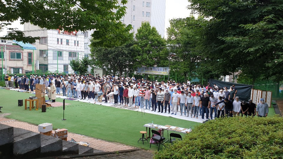 Muslims pray during an event celebrating Eid al-Adha on July 31 at a park in Cheongju, North Chungcheong. At least five Uzbek nationals who attended have tested positive for the coronavirus. [YONHAP]