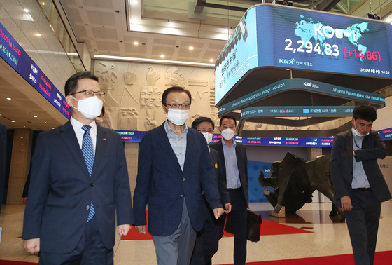 Democratic Party leader Lee Hae-chan walks toward the meeting room inside the Korea Exchange building to attend the event for the New Deal Fund. [YONHAP]