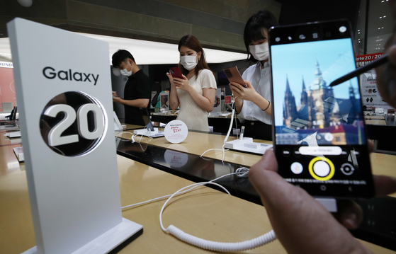 Samsung Electronics' Galaxy Note20 phablets are put on display at mobile carrier KT's headquarter in central Seoul, Thursday. [YONHAP]