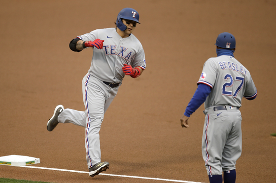 Choo Shin-soo of the Texas Rangers, left, rounds the bases after hitting a leadoff solo home run during a game against the Oakland Athletics in Oakland, California, on Wednesday. [AP/YONHAP]