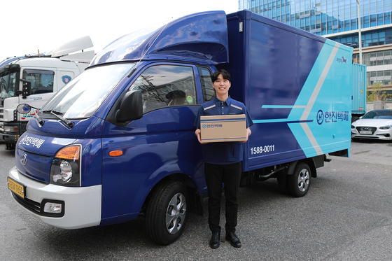 A delivery person from Hanjin Transportation poses to promote the company's logistics service. [HANJIN TRANSPORATION]
