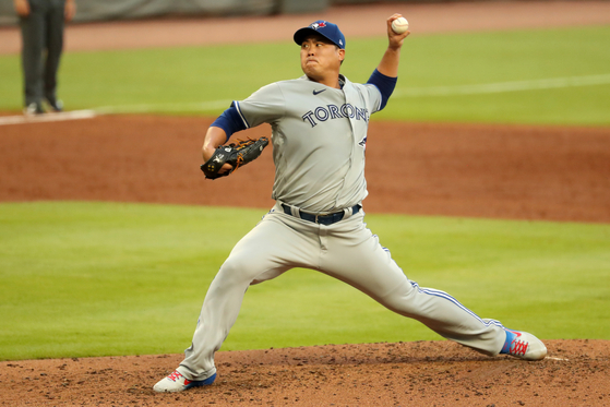 Ryu Hyun-jin of the Toronto Blue Jays throws a pitch during a game against the Atlanta Braves at Truist Park in Georgia on Wednesday. [REUTERS/YONHAP]
