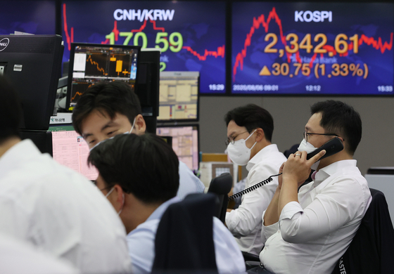 The sign board at the Hana Bank's dealing room in central Seoul shows the Kospi rallying on Thursday. [YONHAP]
