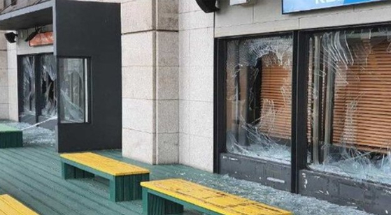 The glass windows of the open radio studio in front of the KBS headquarters in Yeouido, western Seoul, were broken by an unidentified assailant on Wednesday afternoon. [KBS]