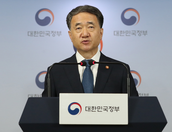 Health and Welfare Minister Park Neung-hoo urges doctors not to go on strike this month in a statement Thursday at the Central Government Complex in Gwanghwamun, central Seoul. [NEWS1]