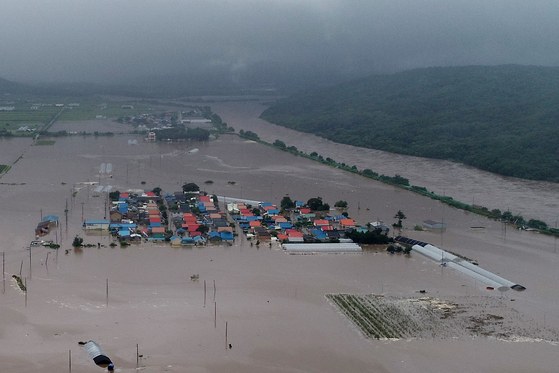 A village in Cherwon County, Gangwon, is flooded after heavy rains hit the province on Wednesday. [YONHAP]