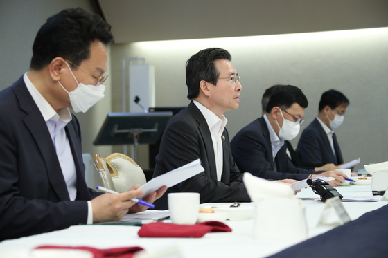 Vice Finance Minister Kim Yong-beom, second from left, attends a government meeting in which he expressed concerns on the rising food prices due to many farms being damaged by the heavy rain. [YONHAP]