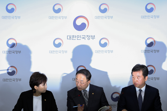 From left, Land Minister Kim Hyun-mee, Finance Minister Hong Nam-ki and acting Seoul mayor Seo Jeong-hyup at the government complex in Seoul on Tuesday announce the government housing supply plans. [YONHAP]