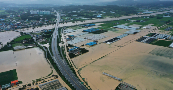 Farms in Anseong, Gyeonggi, submerged on Aug. 2. The heavy rainstorm has particularly hit hard on many farms. [YONHAP]