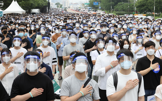Thousands of trainee doctors on Friday hold a one-day strike to protest the government's medical workforce reform plan in Yeouido, western Seoul, on Friday. The Korean Intern Resident Association (KIRA), a group of interns and resident doctors, held the 24-hour walkout in opposition to the government's plan to raise admission quotas at medical schools. Around 70 percent of the group's 16,000 members took part in the collective action, but there were no major disruptions reported as hospitals brought in other health workers. The Korea Medical Association plans to stage a separate general strike next Friday. [YONHAP]