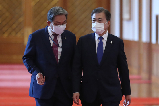 Presidential Chief of Staff Noh Young-min, left, speaks with President Moon Jae-in at the Blue House Friday. Noh and five other senior presidential aides tendered their resignation that day. [YONHAP]