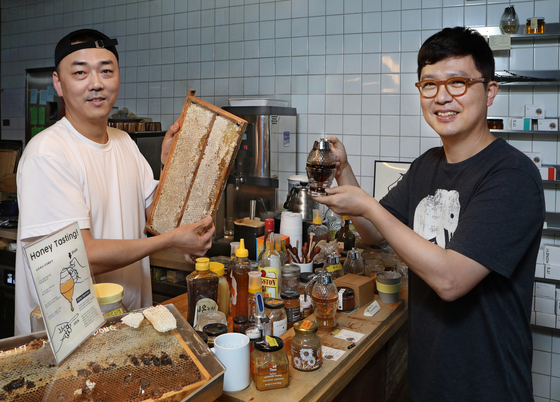 It's Honey beekeeper Lee Jae-hun, left, and CEO Ian Kwon at Ape Seoul cafe in Hyehwa, central Seoul, during an interview on July 31. [PARK SANG-MOON]