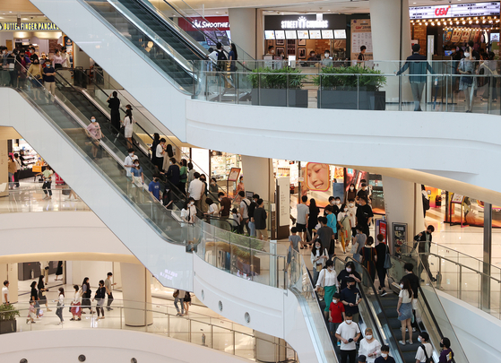 The number of people spending their summer vacations in shopping malls is on the rise with the pandemic and a prolonged rainy season. An increased number of people visited Times Square Mall in Yeongdeungpo District in western Seoul on Aug. 9 to enjoy shopping and movies. [YONHAP]