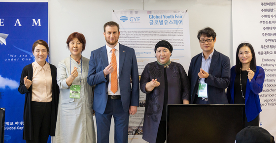 From left, Kim Do-kyung, president of the Korean Unwed Mothers' Families Association; Lee Bock-hee, president of Global Youth Fair; and Csoma Mozes, ambassador of Hungary to Korea, at the Global Youth Fair's annual forum with students from multi-ethnic backgrounds and single-parent families on Saturday. [JANOS CHANU]