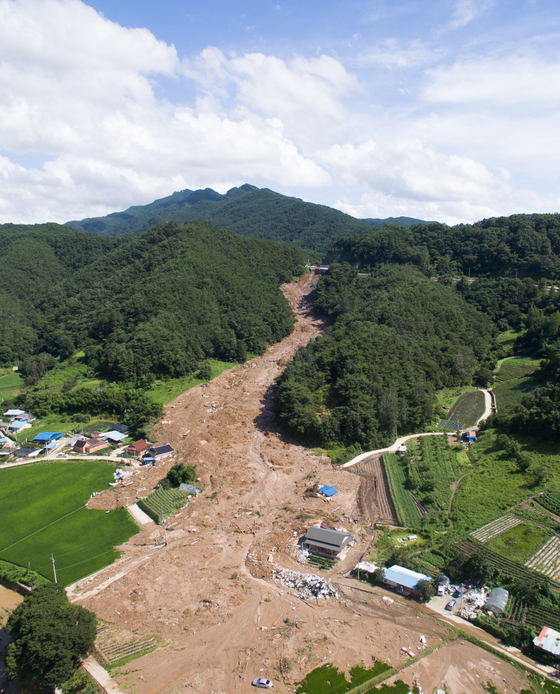 A landslide engulfed five houses in Gokseong County, South Jeolla, on Friday evening, killing five people. The photo above was taken on Sunday. [NEWS1]