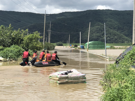 Authorities on a rescue mission in Changnyeong County, South Gyeongsang, on Sunday morning. [SOUTH GYEONGSANG PROVINCIAL GOVERNMENT]