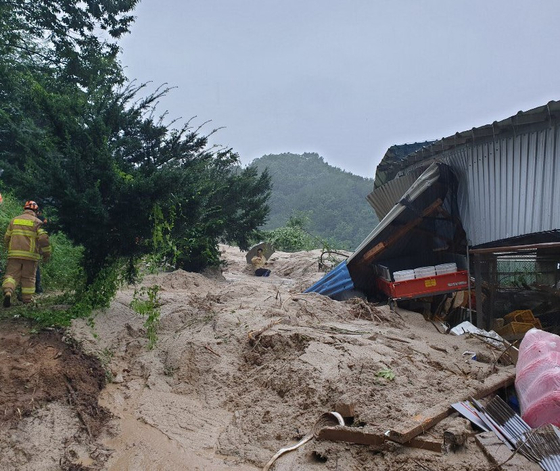 The site of landslide in Geochang County, South Gyeongsang, on Saturday. [SOUTH GYEONGSANG'S FIRE DEPARTMENT]