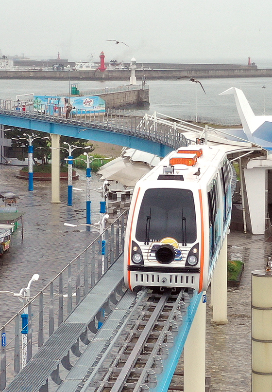 The Wolmi Sea Train, the longest intracity monorail, is tested on Monday morning in the area surrounding the Wolmi Culture Street in Incheon. The Wolmi Sea Train halted its services in February over coronavirus concerns, but is resuming operations on Tuesday after six months. [YONHAP]